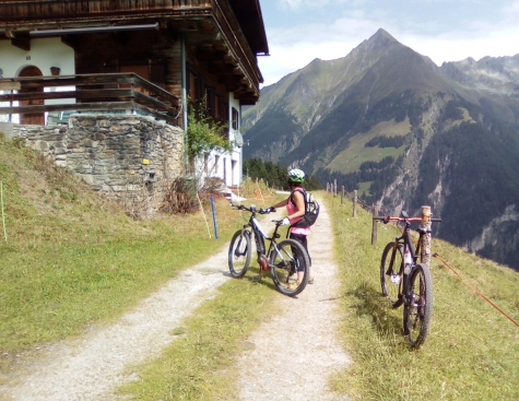 Fahrend Lernen: E-Mountainbike Fahrtechnikkurs